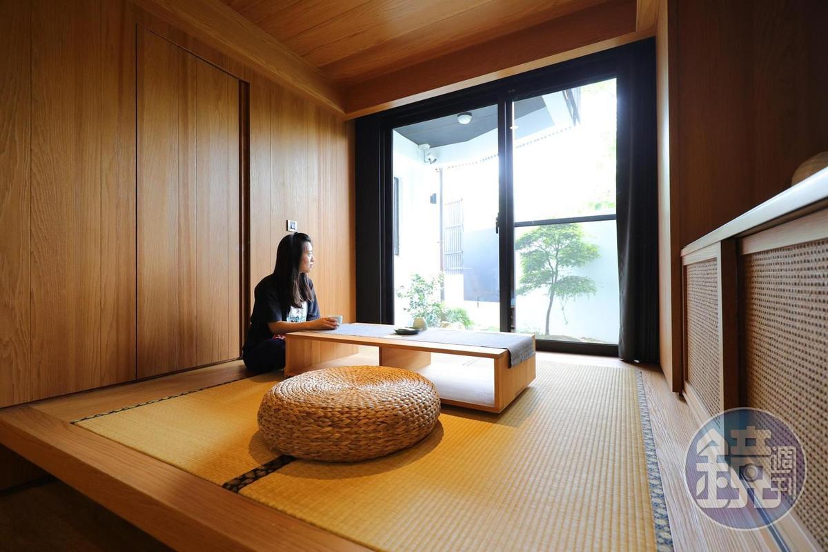「餘光民宿」每間客房內都設計有悠閒的茶室空間。