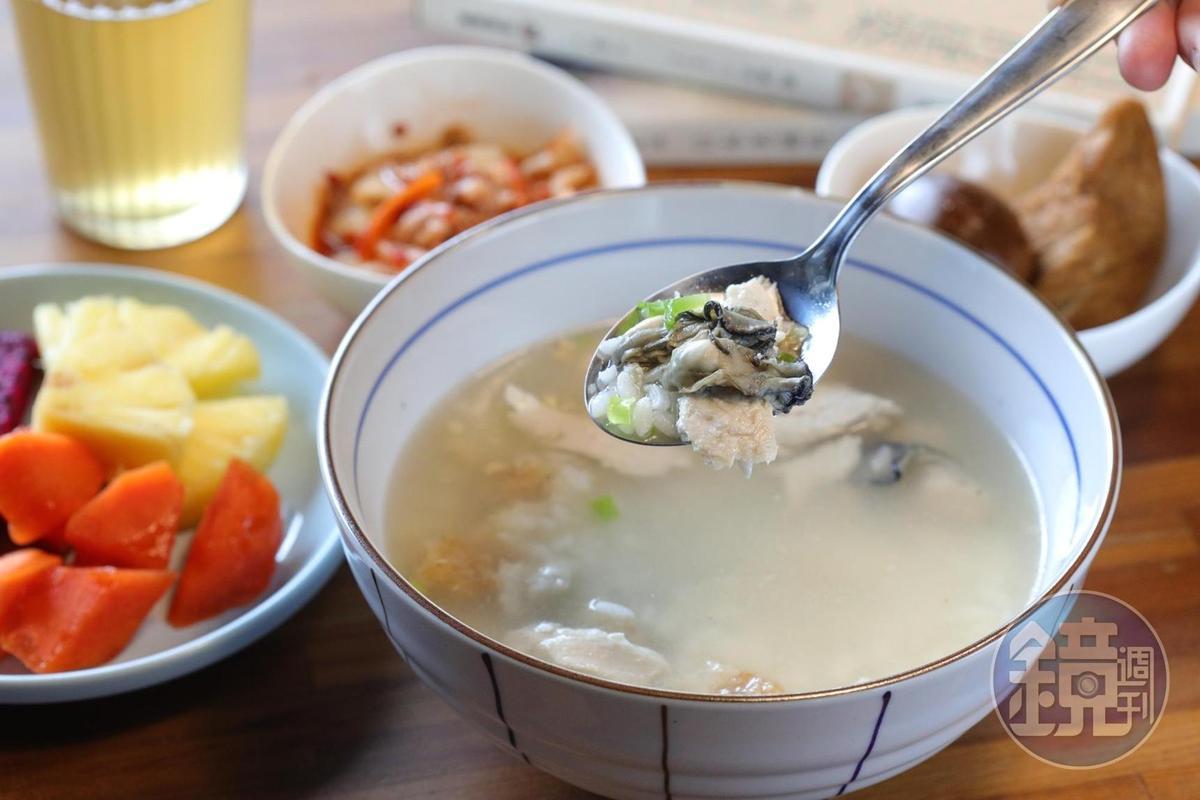 民宿早餐「虱目魚粥套餐」,裡頭放了漁光島產的新鮮蚵仔。