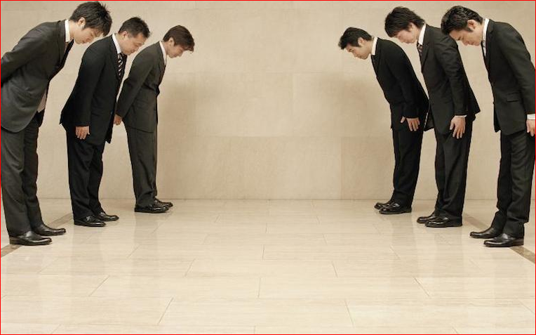 鞠躬行禮和保持社交距離,原本就是日本禮俗一部分。(翻攝自twitter)