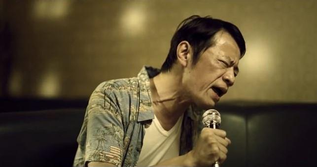 吳朋奉25日下午被姪女發現臥倒在6樓鐵皮屋的陽台地上,享年55歲。(翻攝自YouTube)