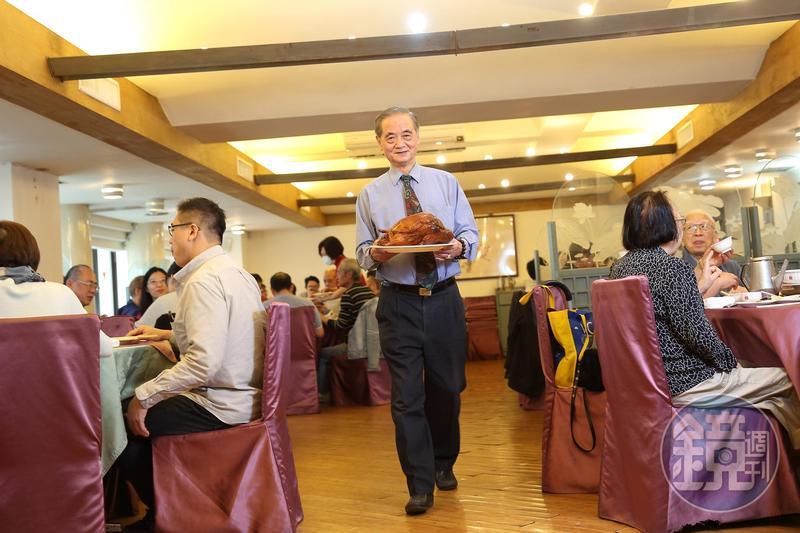 開業50年的北平菜餐廳天廚菜館,現在由二代次子陳虎符(中)擔任總經理。