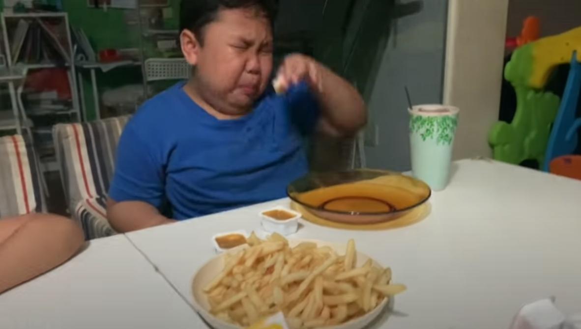 亞當吃到朝思暮想的麥當勞,忍不住痛哭流涕。(翻攝YouTube)