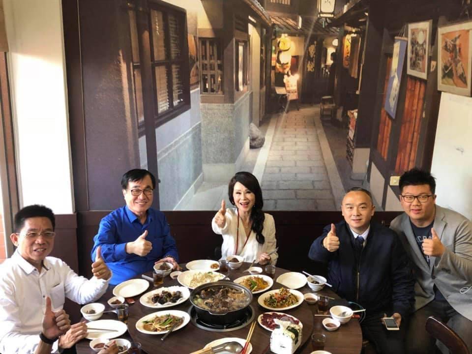 張琍敏與高雄副市長李四川、高雄市前觀光局長潘恒旭等人聚餐。(翻攝自張琍敏臉書)