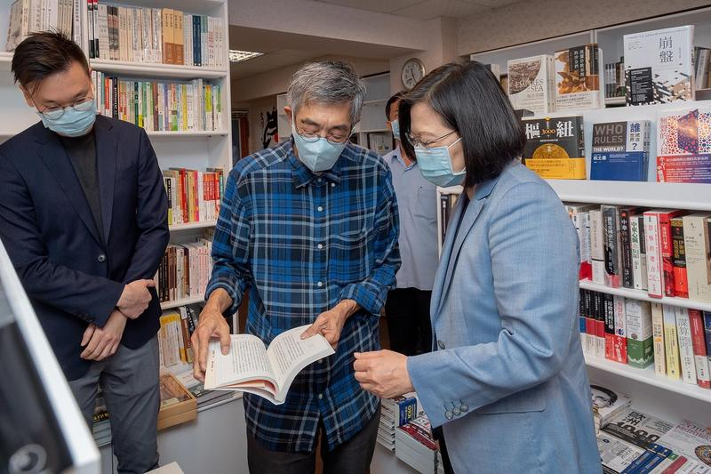 蔡英文今前往在台北重新開設的「銅鑼灣書店」,並留紙條為香港打氣。(翻攝蔡英文臉書)