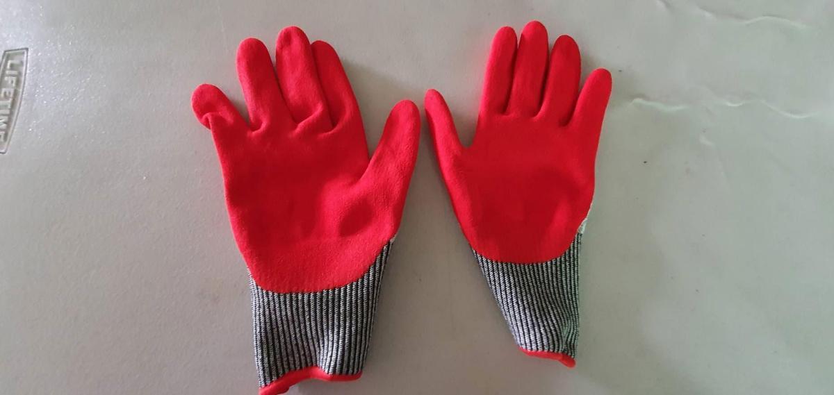 每位清潔隊員幾乎都有被尖銳物品刺傷的經驗,因為過去皆只配備橡膠手套,直到去年才每人分配1雙防穿刺手套(圖)。
