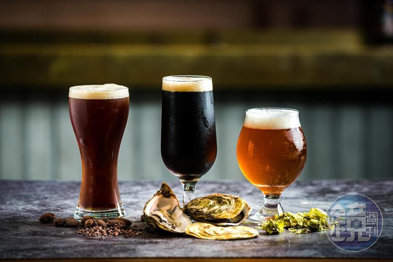 「巧克力戚風波特」(左)打入氮氣增加綿密感,最後迸出桂圓香;「Oyster Stout蚵仔黑啤酒」鹹味溫柔(中);「双喜Double IPA」(右)使用雙倍Citra酒花冷泡,酒感強勁。