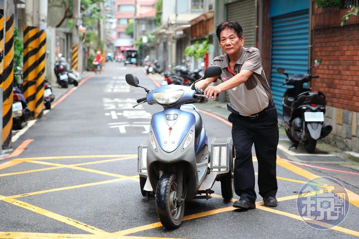 擔心造成身障者2次傷害,交車前,謝建台都會親自試騎。