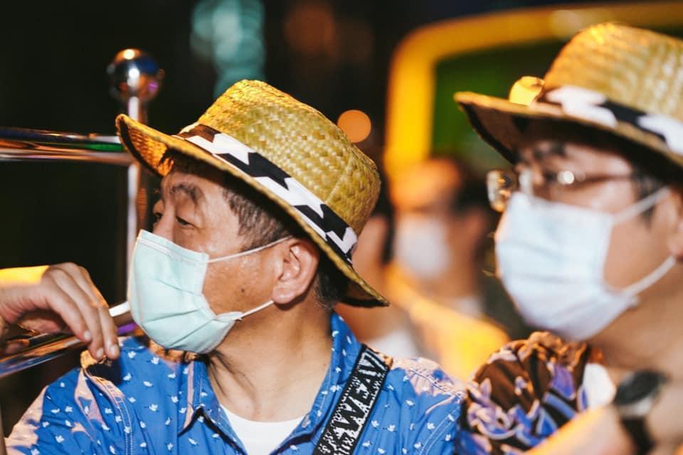 阿中部長與防疫五月天搭雙城觀光巴士遊台南,陳時中穿著再次引起網友熱議。(翻攝自黃偉哲臉書)