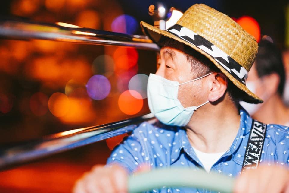 阿中部長與防疫五月天搭雙城觀光巴士遊台南。(翻攝自黃偉哲臉書)