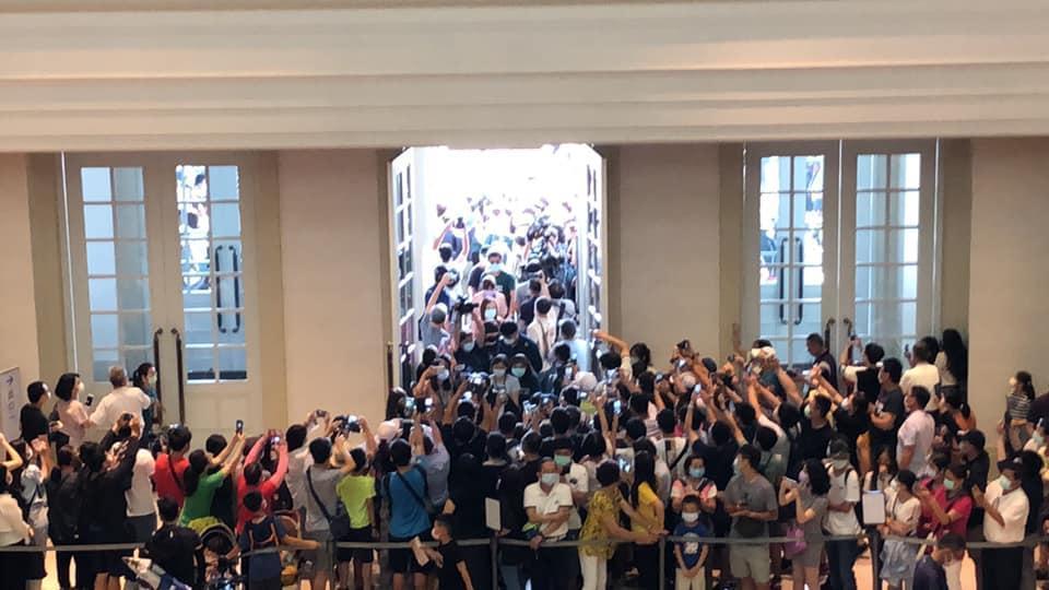 黃偉哲帶防疫五月天參訪奇美博物館,所到之處全湧入眾多民眾。(翻攝自黃偉哲臉書)