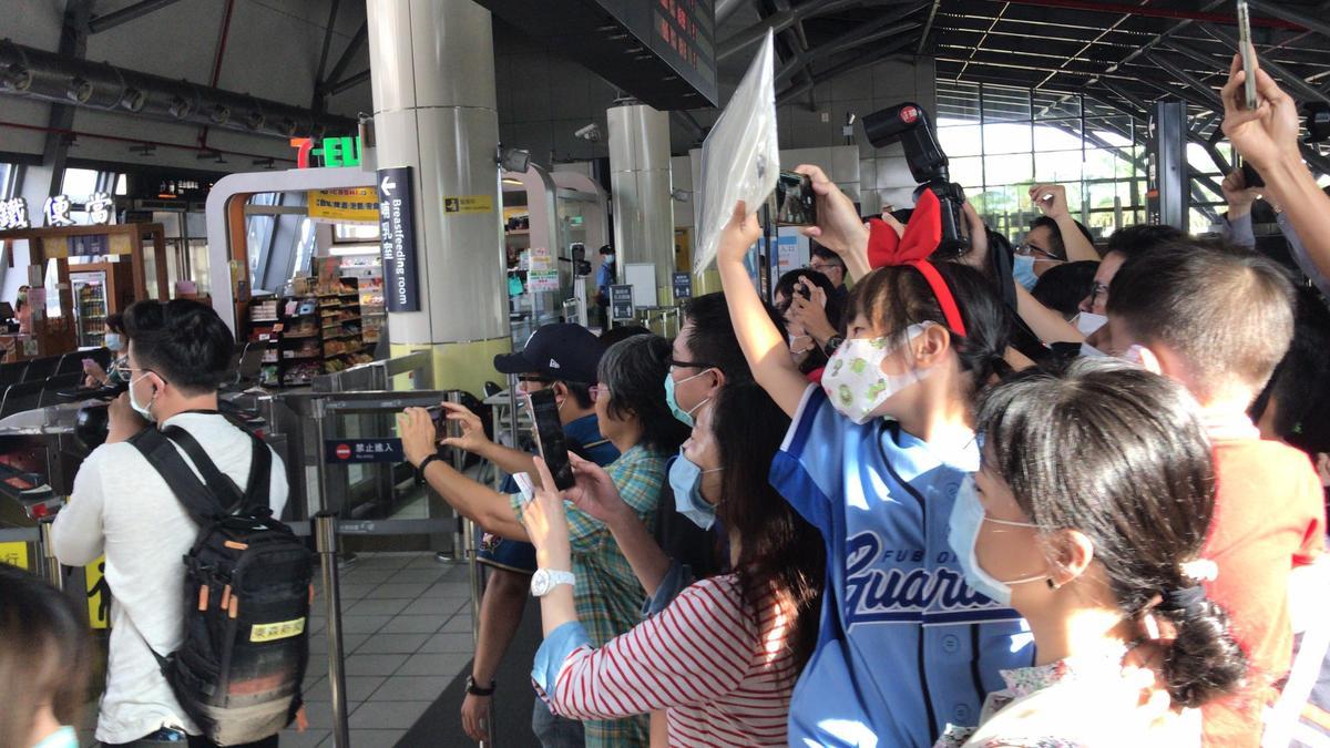 陳時中率領防疫五月天搭高鐵南下到台南,高鐵站就已經聚集不少熱情的民眾到場支持。(指揮中心提供)
