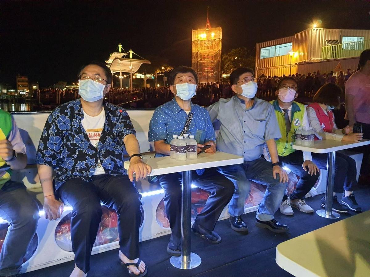 防疫五月天今日的隱藏行程便是搭船遊台南運河看夜景,岸邊也擠滿想看到陳時中的人潮。(指揮中心提供)
