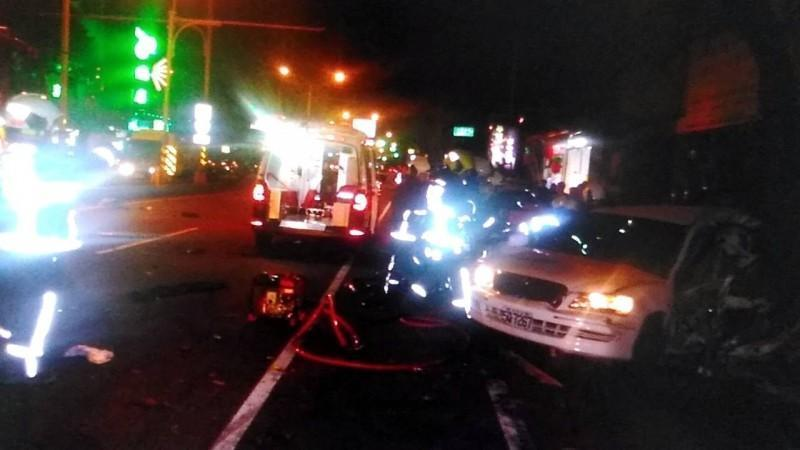 白色轎車被追撞,駕駛人張男送醫不治。(翻攝畫面)