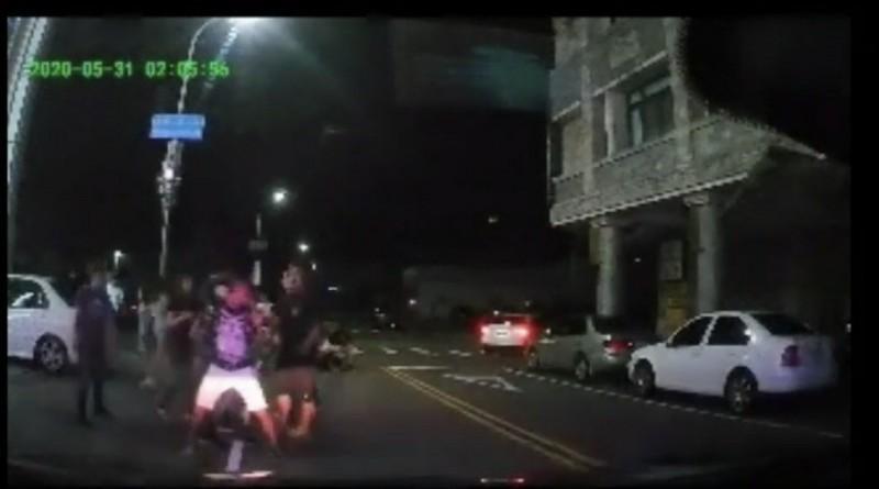 警方快打部隊趕抵現場時,4名男子正混戰當中。(翻攝畫面)