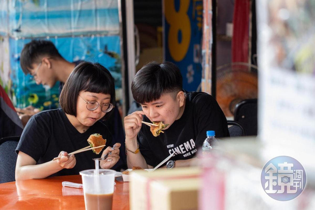 不顧南國艷陽熱,粉絲客人專程來坐在路邊品嘗蔥厚餅。