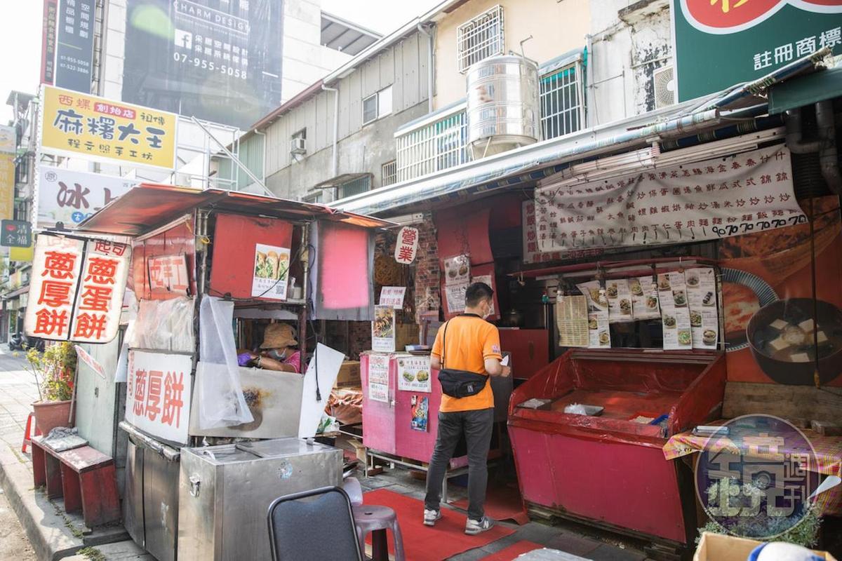 路邊攤阿惠蔥厚餅是高雄人喜歡的街邊點心。