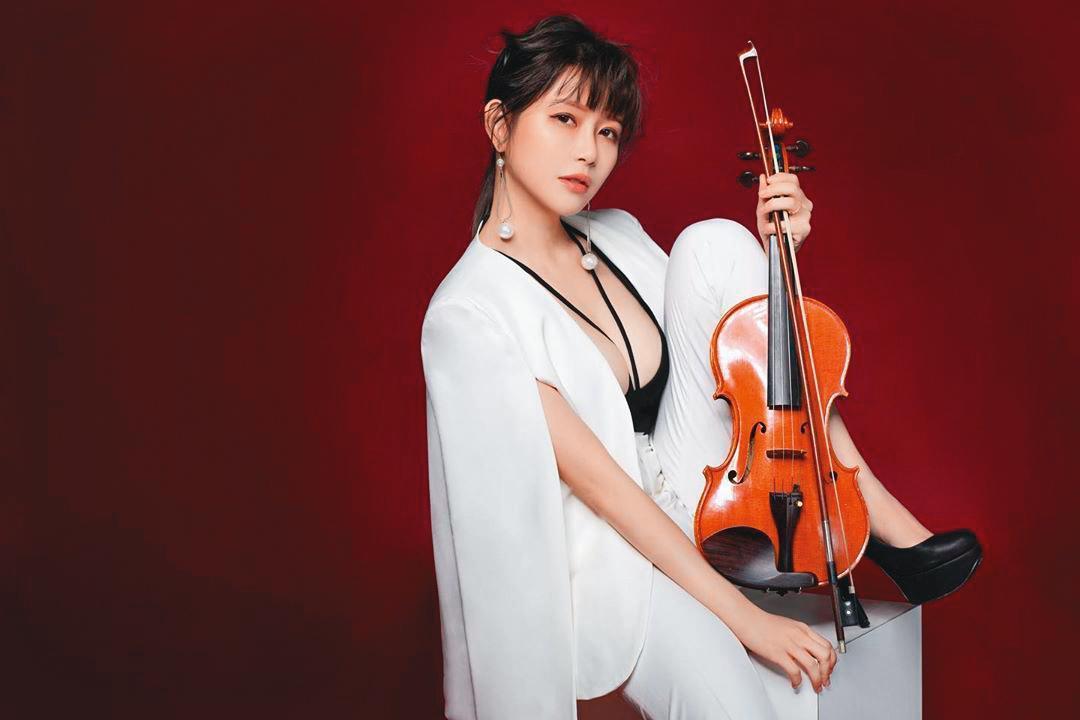 阿樂相當有音樂才華,除了學過小提琴、中提琴、鋼琴和二胡,年初還辦了音樂演奏會。(翻攝自阿樂IG)