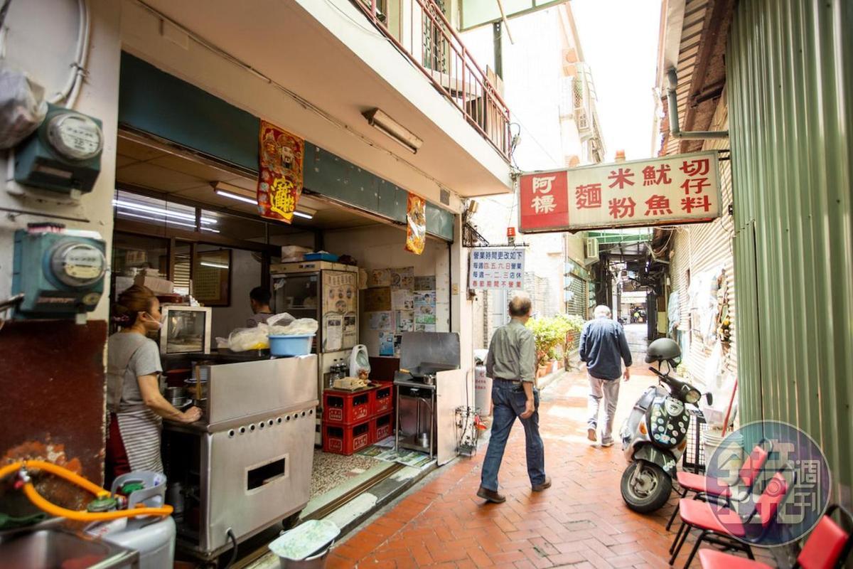 位在鹽埕區老巷裡的阿標米粉湯,受老客人愛戴。