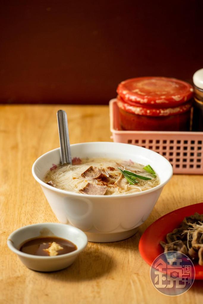 加了豬大骨高湯的「米粉湯」脂香飄浮,米粉吸附湯汁。(40元/份)