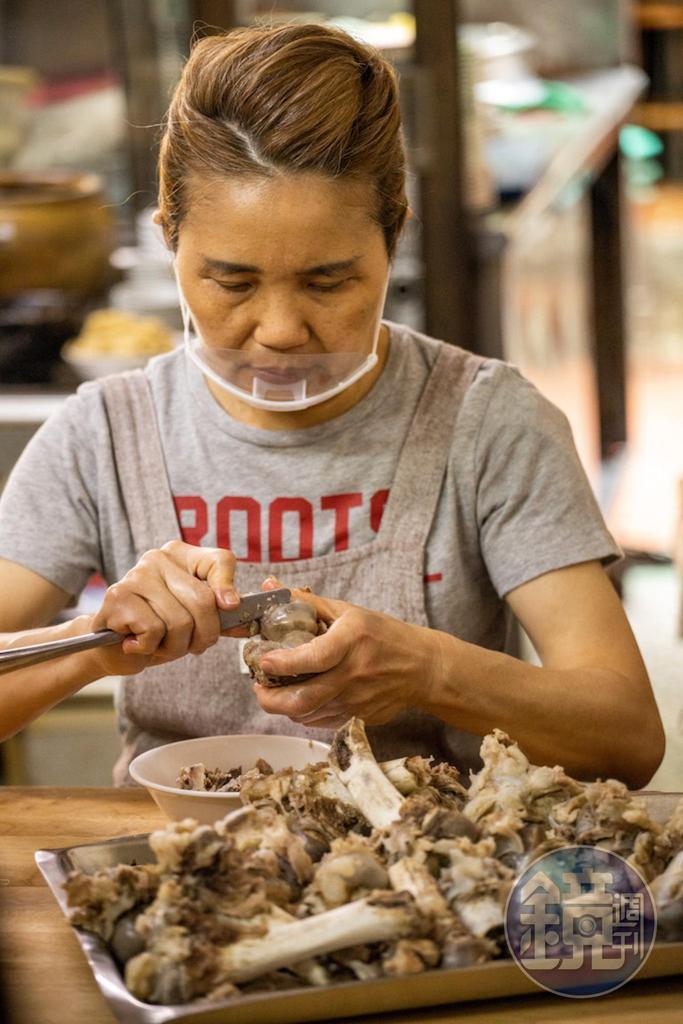 隱藏版小菜骨仔肉每日現剝,客人要有緣份才吃得到。