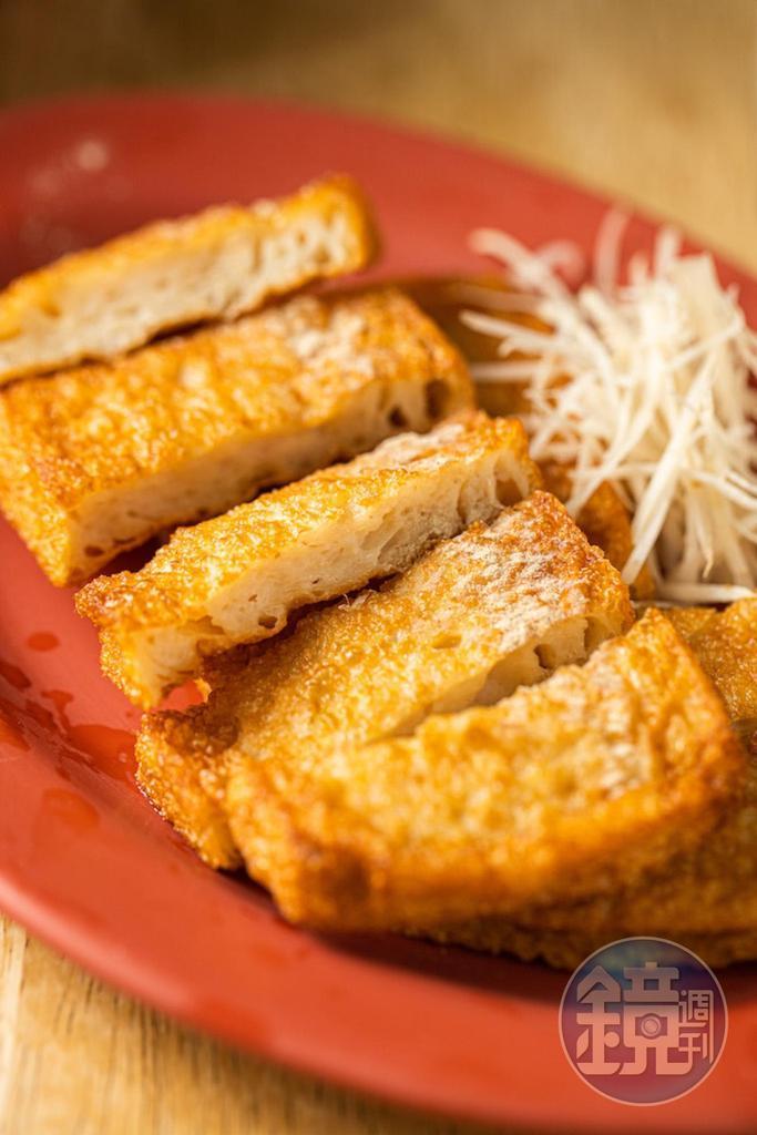 旗魚肉做的「炸魚板」質地柔軟,香氣足。(60元/小份)