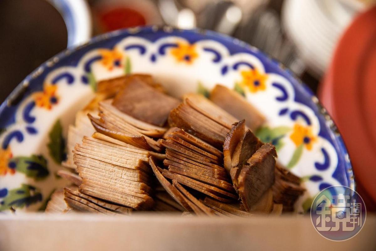 老闆黃信標(阿標)的刀工奇美,連放在米粉湯裡的肉片都片得整齊均厚。