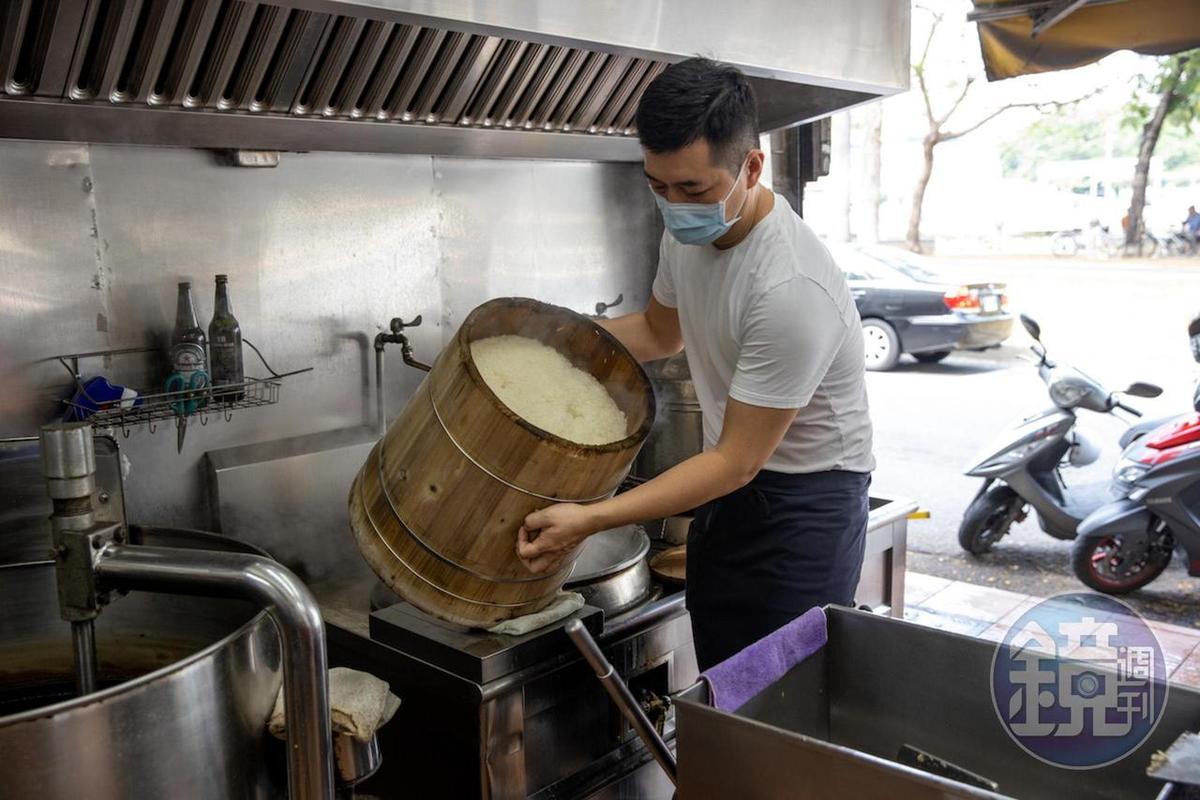 燜熟的糯米會倒入攪拌箱,快速拌勻肉燥油、醬油。