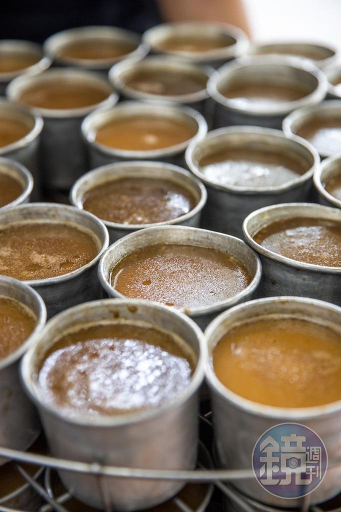 填進筒模的糯米最後會淋上高湯,推入蒸箱到米飯入味。