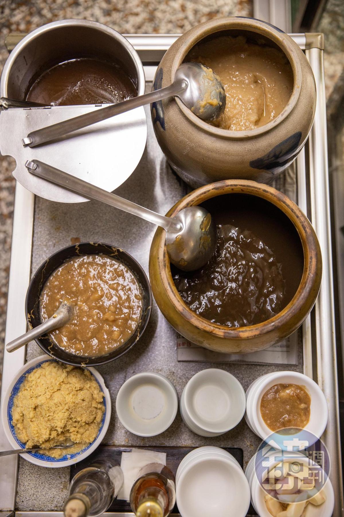 鎮店蘸醬以味噌蜂蜜醬為基底加醋、香油和薑泥,是它處吃不到的味道。
