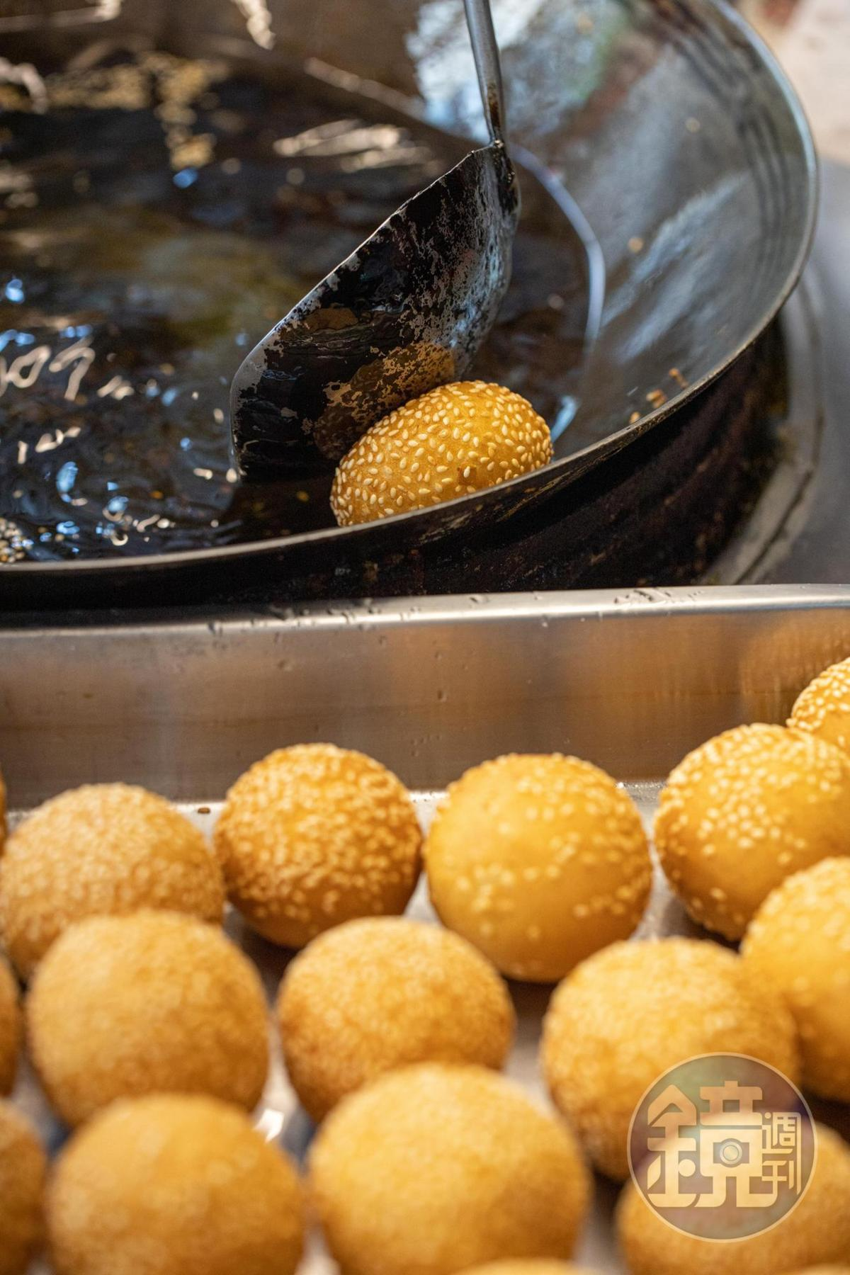 番薯麵糰邊炸邊壓,待空氣滲入麵糰裡 ,才會逐漸膨大成金黃圓球。