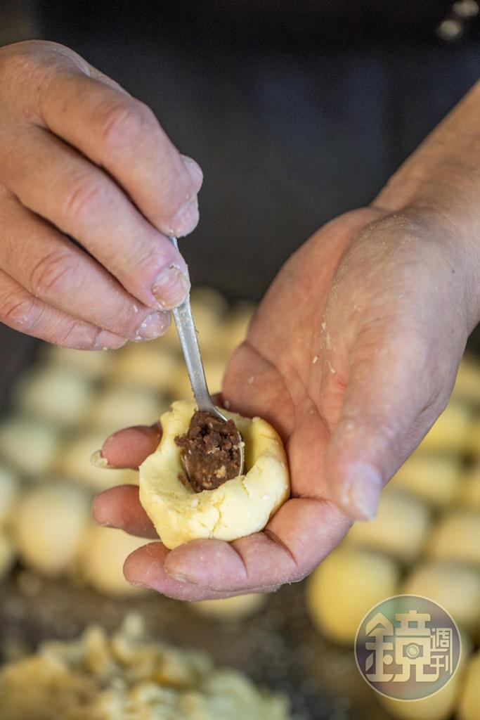 番薯麵糰還得一顆顆包入手工紅豆餡。