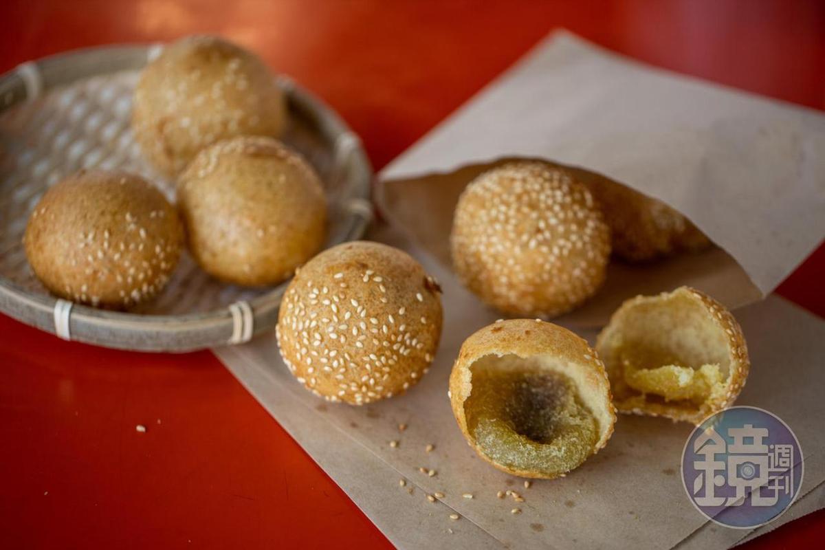 金黃澎圓的「燒馬蛋」口感Q彈,還有甜甜的內餡。(10元/個)