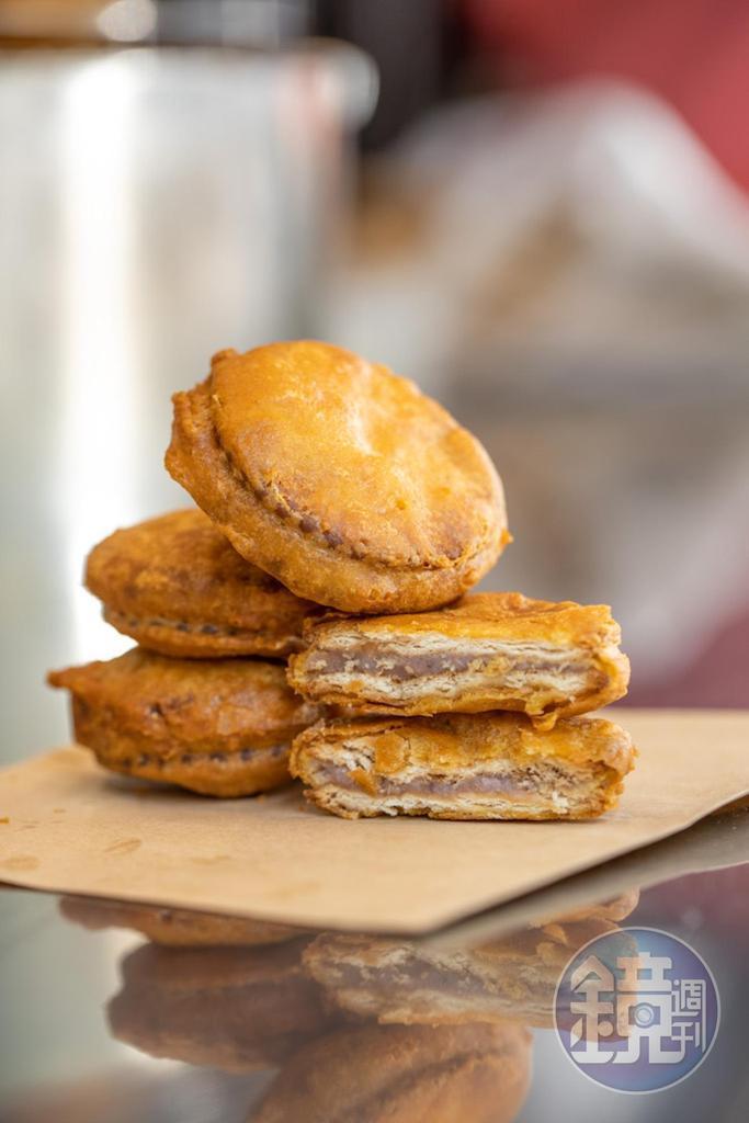 用麥芽糖餅包裹芋泥的「芋頭餅」是懷舊小點。(10元/個)