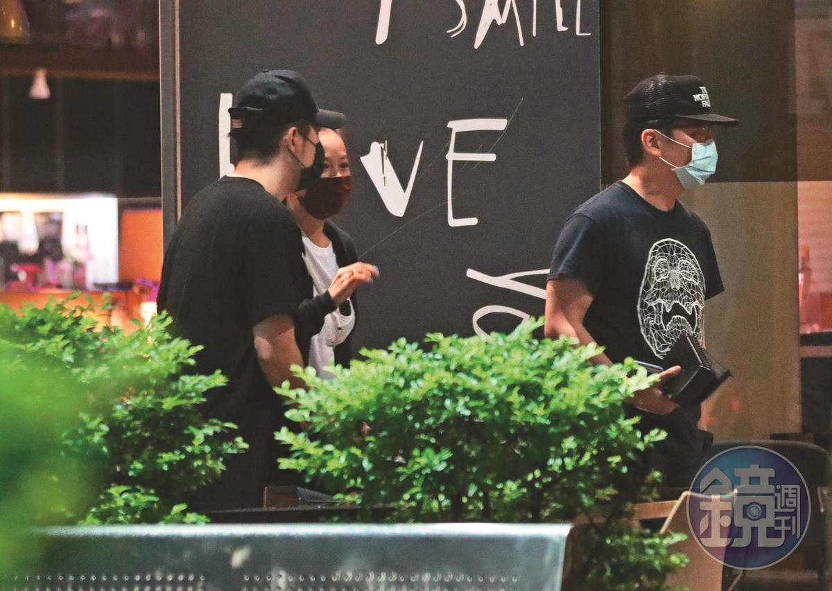 5/7 01:07 眾人酒足飯飽後離開,高宇蓁(左二)和男友(左一)則走到停車場取車,一起回高宇蓁家。