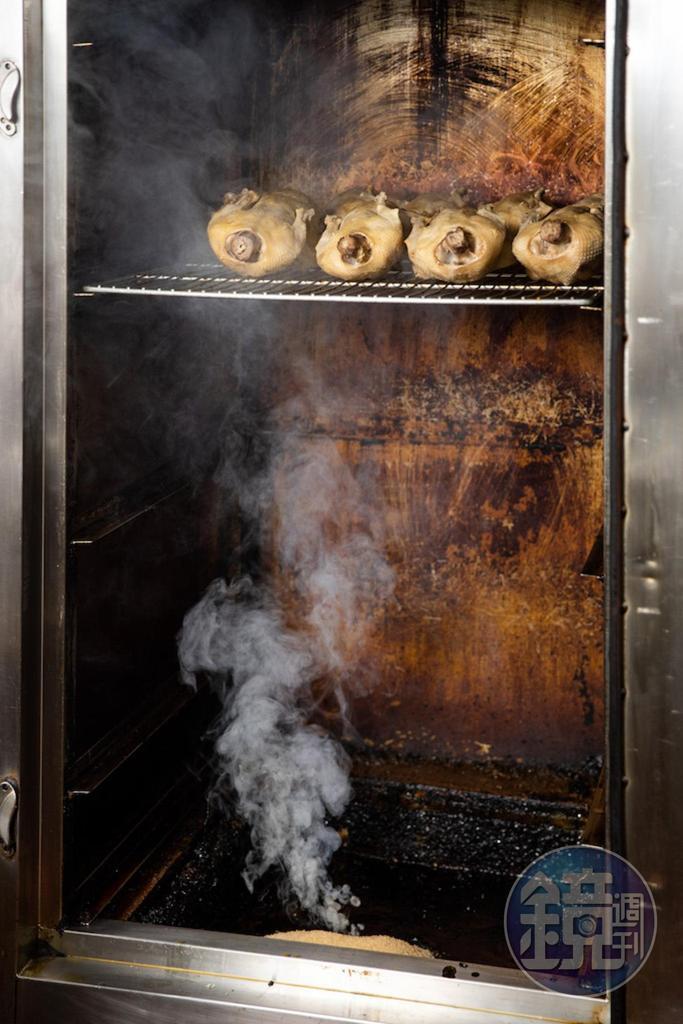 煙燻中的鴨肉,要等到金黃上色才能出爐見客。