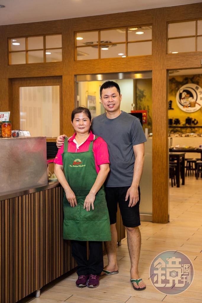 老闆娘黃桂蘭(左)和兒子曾御凌(右),母子聯手端出好鴨料理。