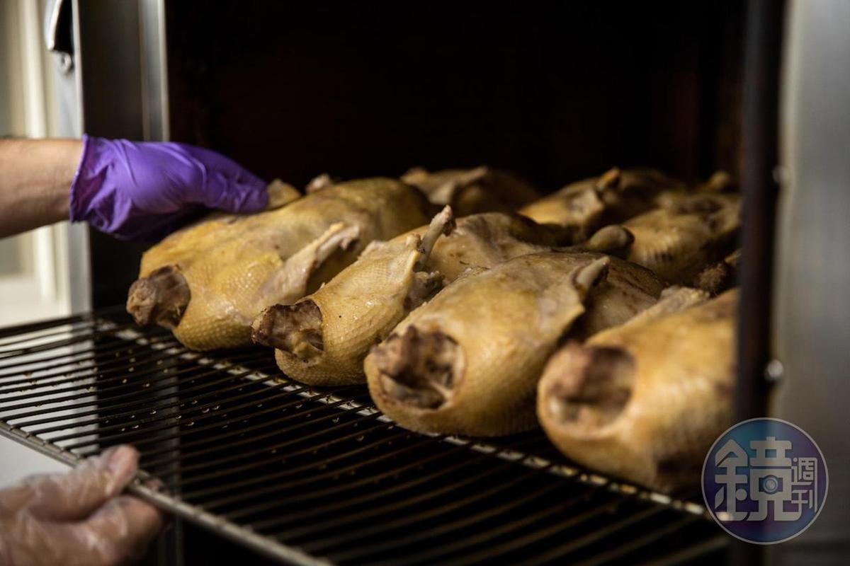 老闆娘黃桂蘭認為,重約5到6斤的菜鴨做成煙燻口味尚好呷。