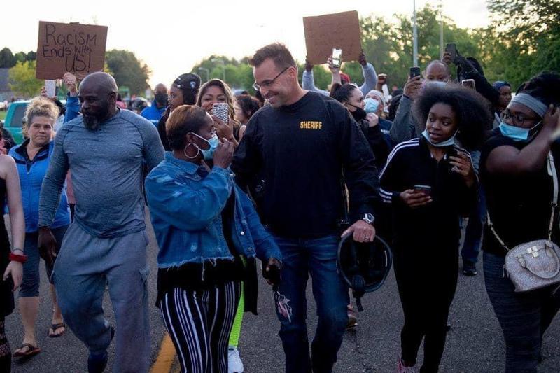 警長克里斯斯旺森加入遊行民眾,化解警民衝突。(翻攝自Sheriff Chris Swanson臉書)