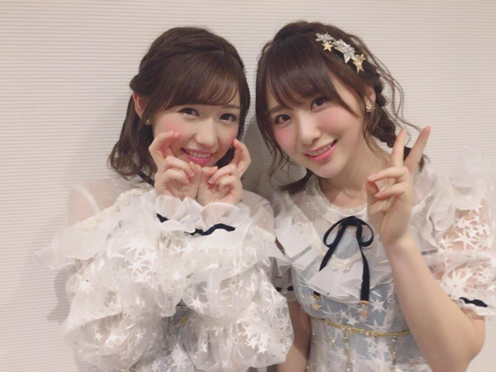 渡邊麻友(左)與高橋朱里是AKB48老戰友,如今一個引退演藝圈,一個在韓國繼續發展。(翻攝自網路)