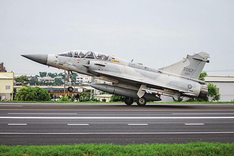 大陸揚言用百餘枚飛彈炸爛台灣跑道,癱瘓機場起降能力。但國軍始終不曾提及,要如何應付此種攻擊。(總統府提供)