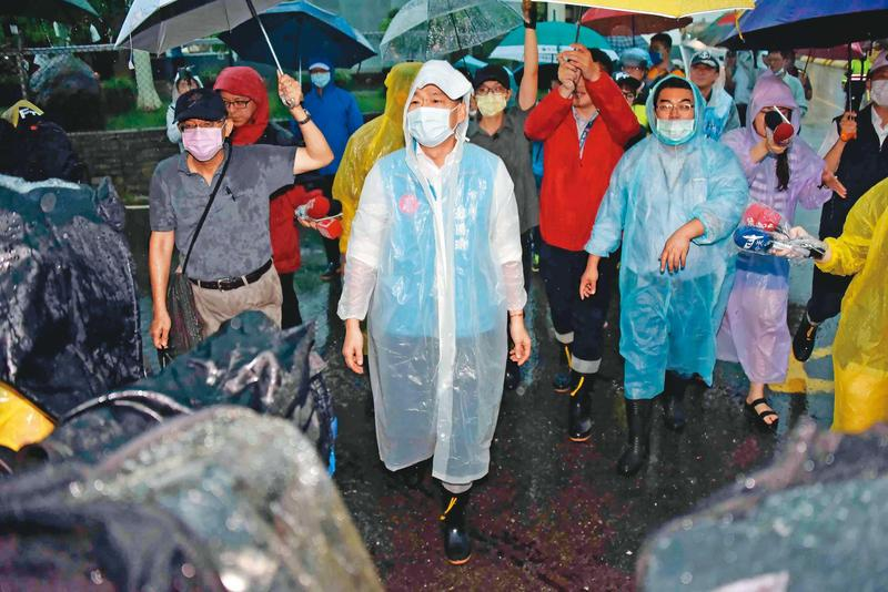 罷韓投票倒數,韓國瑜持續低調拚市政,南台灣從520後的雨勢,讓韓意外獲得檢驗治水績效的舞台。(高雄市政府提供)