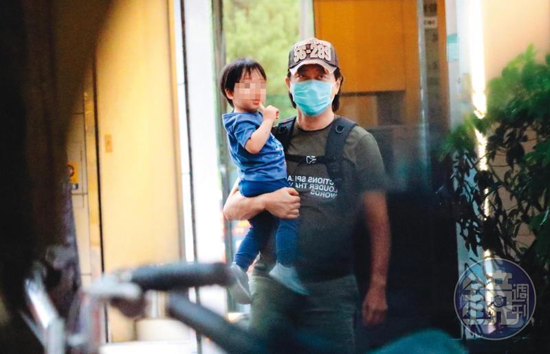5月29日17:30 哈林帶兒子到兒童科學體適能、水適能做運動之後,又抱著兒子上車回家。