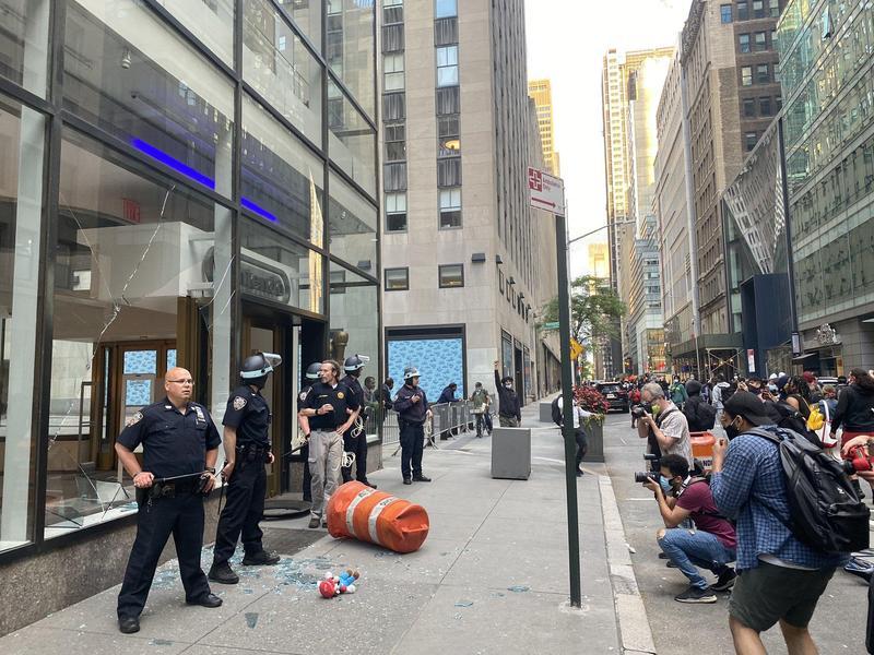 任天堂位於紐約的旗艦店被滋事份子砸破玻璃。(翻攝自@Sarah_Boxer Twitter)