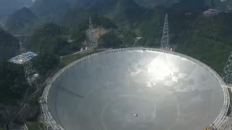直徑500公尺的球面無線電望遠鏡「中國天眼」,預計今年9月啟動尋找外星人。(翻攝自wiki)