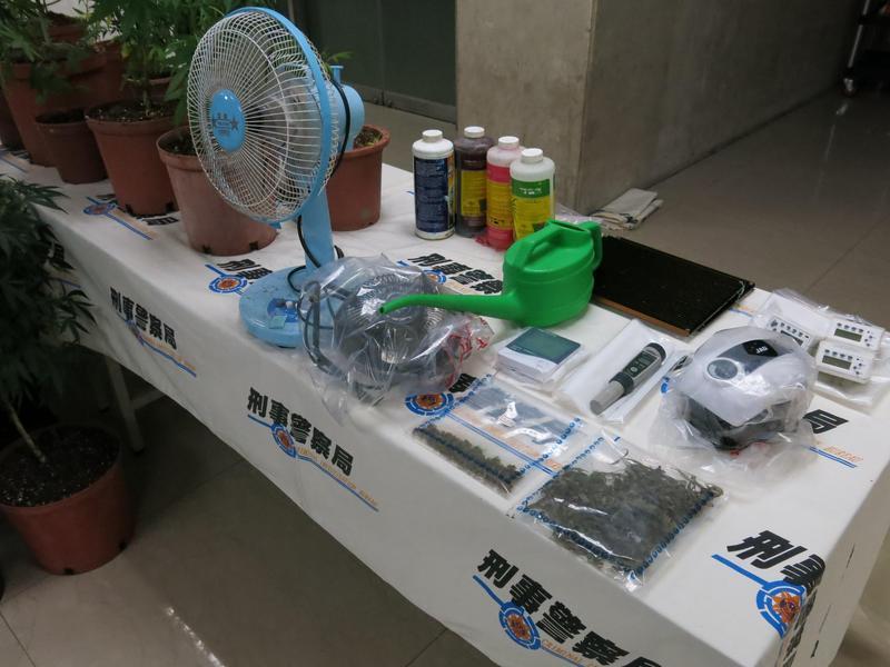 警方起出各式大麻毒品與種植工具。(翻攝畫面)