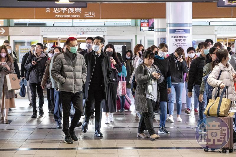 本月7日起若在大眾交通運輸工具內能保持社交距離或有適當阻隔措施,可不用戴口罩。