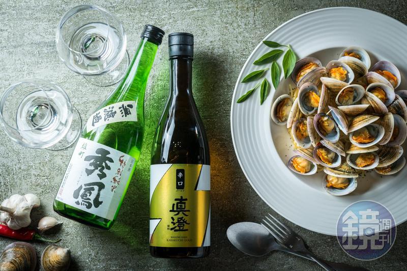秀鳳酒造的「雄町 無濾過 特別純米酒」華美穩重(左,1,200元/720ml、瓶),真澄酒造的「辛口金標」則清麗易飲(中,830元/720ml、瓶),與鮮到爆炸的「白酒赤嘴義大利麵」(右,無菜單料理菜色)都是絕配。