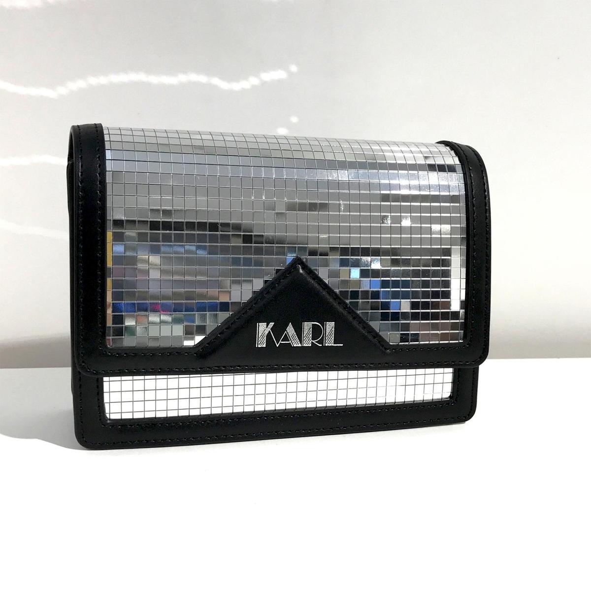 限量版KARL鏡面肩背包。NT$19,800(Weng Collection提供)