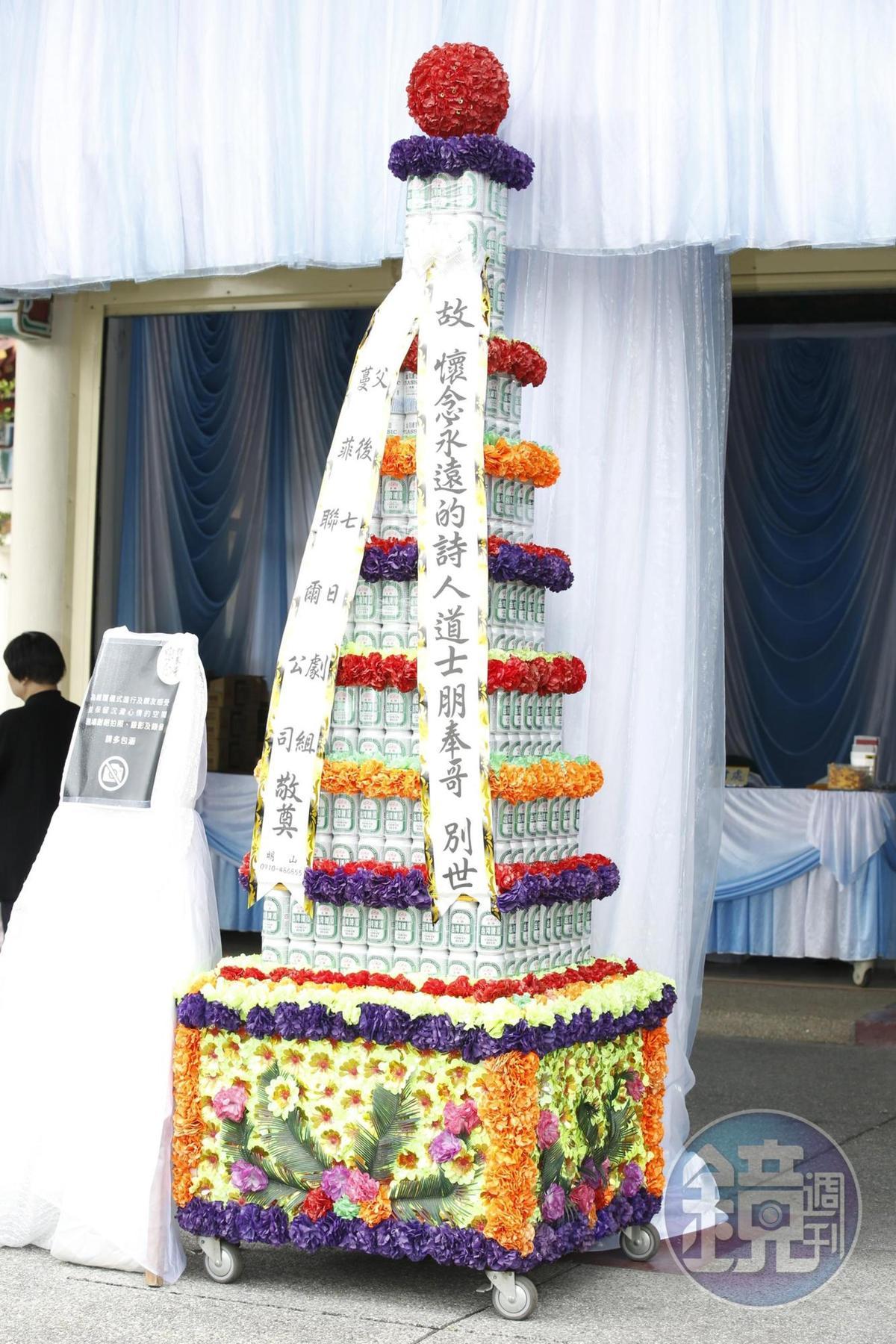 吳朋奉當年靠電影《父後七日》獲得金馬獎,劇組也送上啤酒塔悼念。