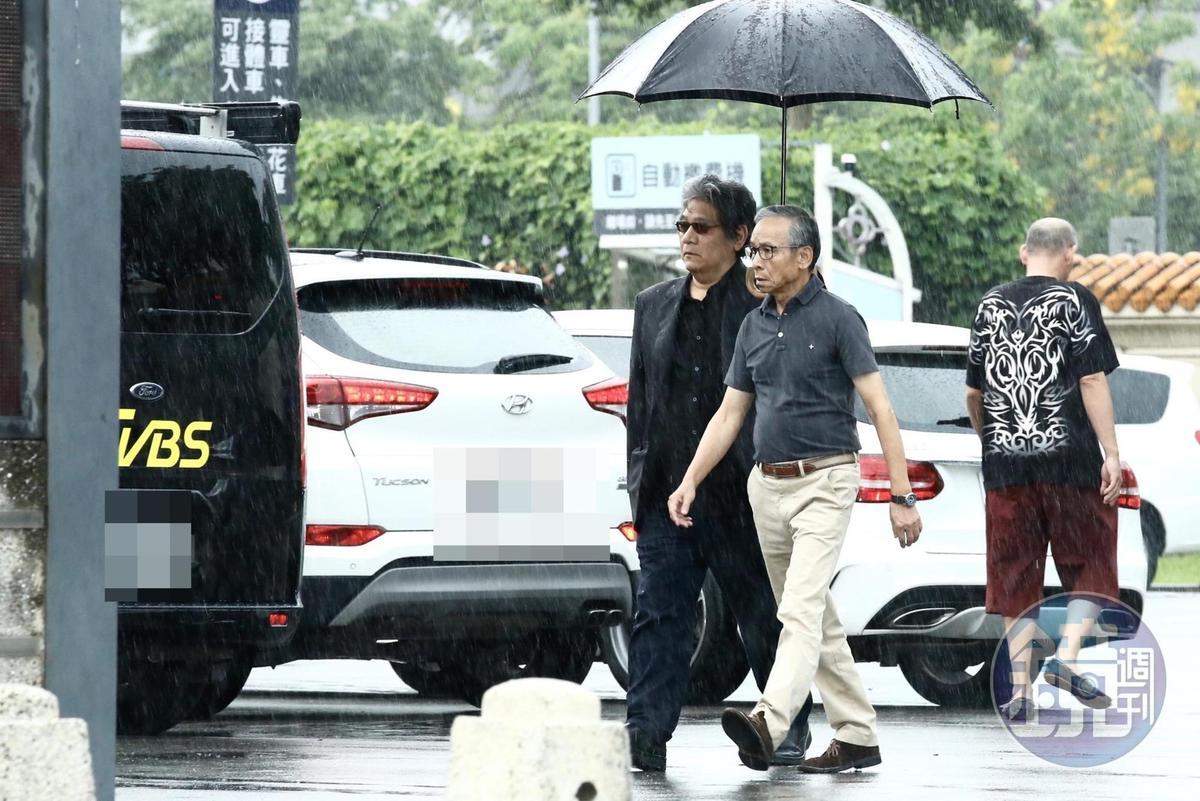 吳念真在李永豐陪同下來到吳朋奉告別式會場。